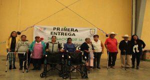Comuna de Tepexi entrega aparatos a personas de la tercera edad