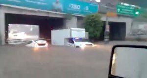 Intensa lluvia provoca inundación en túnel y deja flotando automóvil