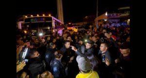 """Vecinos de Tijuana enfrentan a migrantes porque """"no los quieren ahí"""""""