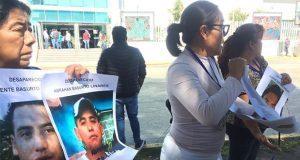 Con fotos en mano, exigen a FGE resolver casos de 20 desaparecidos en Puebla