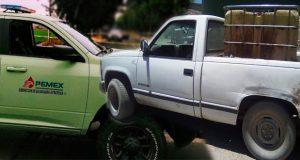 Camioneta con huachicol choca contra una de Pemex en Tlalancaleca