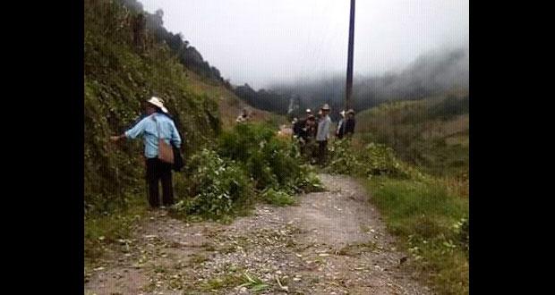 Vecinos de Mimitla, en Chiconcuautla, realizan limpieza de carretera
