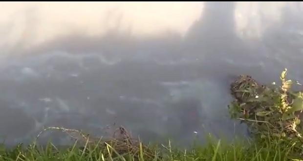Toma clandestina provoca fuga de gasolina en el río Atoyac