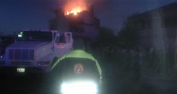 Muere mujer atrapada en casa que se incendia con huachicol en Tepeaca