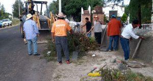 Habitantes de Ixcaquixtla colaboran en limpieza de panteón