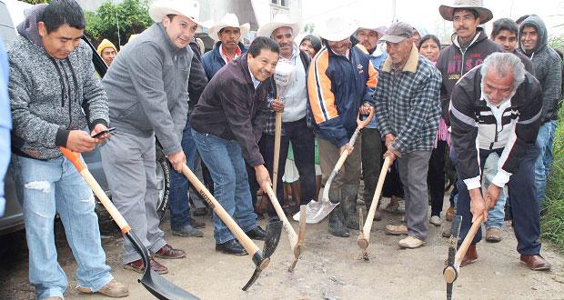 Inicia pavimentación de calle principal de comunidad en Ahuacatlán