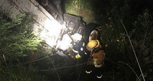 Rescatan a conductor de camión que cayó en una barranca de Puebla