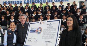 Gali cumple con compromiso 3 al dar uniformes a alumnos poblanos