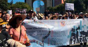 """Ni fifí ni chairos"", consignan en 1ª marcha contra AMLO tras asumir"