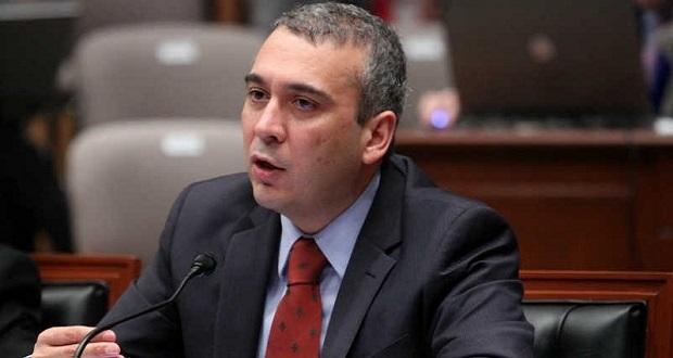 Juez ordena suspender temporalmente bajarle sueldo a consejero de INE