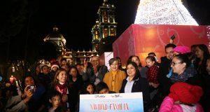 En compañía de poblanos, Rivera enciende árbol navideño en el zócalo