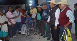 DIF de Ixcaquixtla entrega sillas de ruedas, bastones y andaderas