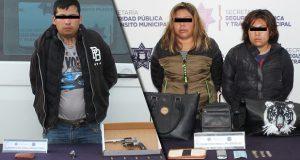 Detienen a hombre por robo de vehículo y a 3 mujeres por asalto