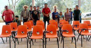 Entregan butacas en primaria de Huitzilan de Serdán