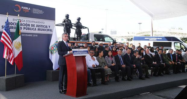 Gobierno estatal entrega patrullas y equipamiento a 28 municipios