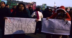 Frente a Palacio Nacional, empleados del SAT protestan por despidos