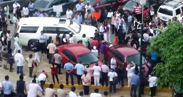 En Tabasco, manifestantes retienen 6 horas a esposa de gobernador