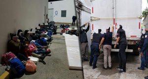 En Tabasco, rescatan a 138 migrantes que viajaban en caja de tráiler