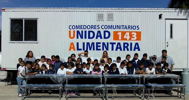 Entregan bancas y mesas para comedor de primaria en Tepexi