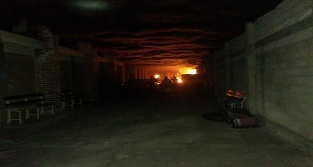 Evacúan a familias por incendio de taller de cera en Atoyatempan