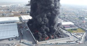 Fuego acaba con bodega de telas Parisina y suspende vuelos en Edomex