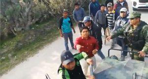 Hombres y menores agreden con palos y piedras vehículo del Ejército en Tepeaca