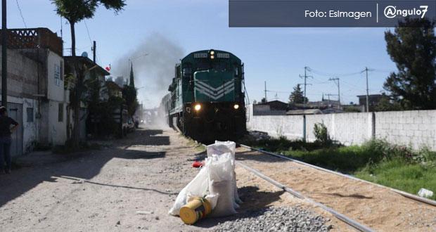 Bloquean vías con roca y saquean cemento de tren en Xochimehuacan