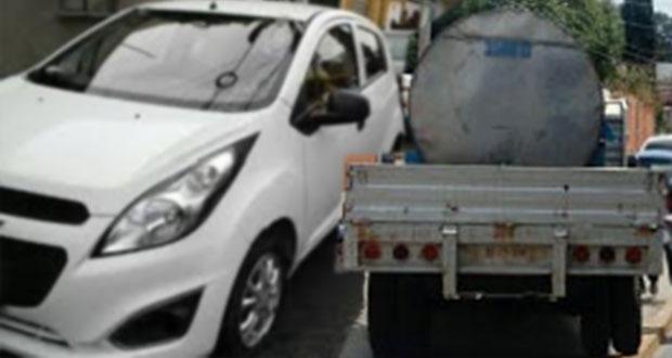 Choque entre taxi y pipa de agua en la CAPU deja mujer prensada