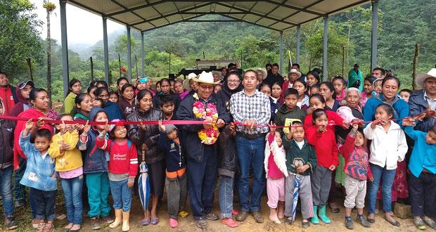 Inauguran techado de cancha deportiva en localidad de Ajalpan