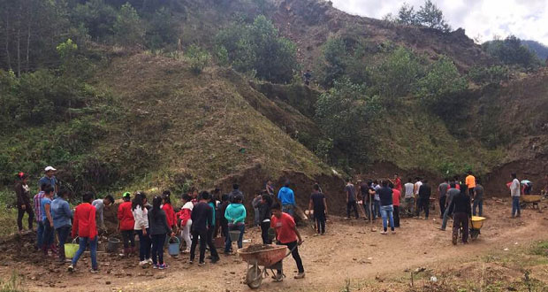 Alumnos de bachillerato agropecuario en Ahuacatlán realizan faena