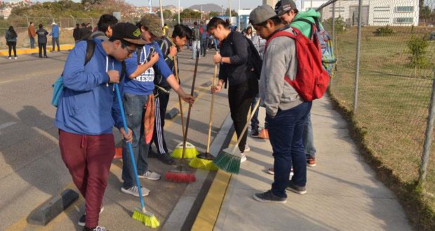 Alumnos de prepa de la BUAP limpian acceso a Complejo en Atlixco