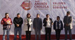 Comuna de San Andrés Cholula entrega uniformes a bomberos