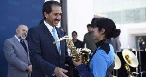 Esparza entrega 86 instrumentos a Banda de Marcha Universitaria