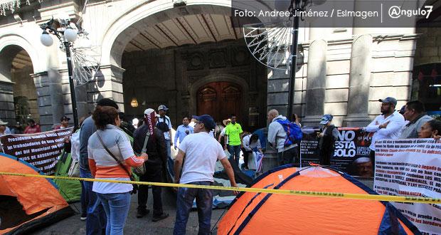Exsindicalizados instalan plantón en Palacio Municipal y exigen respuesta
