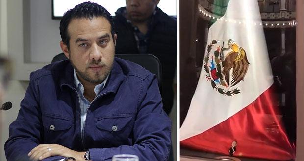 Critican colocación de figura de AMLO junto a bandera del Congreso
