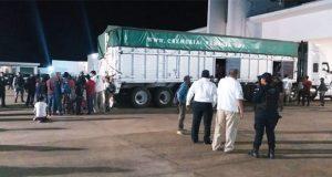 Rescatan en Veracruz a 102 centroamericanos hacinados en tráiler