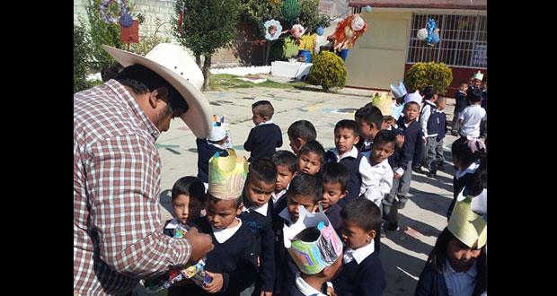 En Tochimilco, Antorcha regala juguetes a niños de primaria