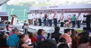Con AMLO presente, abuechan a gobernador priista de Guerrero