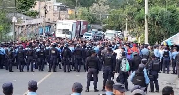 Migrantes hondureños rompen cerco fronterizo para entrar a Guatemala