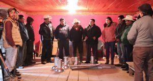 Entregan lámparas para alumbrado en localidad de Huauchinango