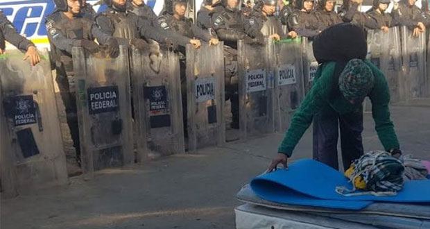 """En Tijuana, llevan a migrantes de bodega al albergue """"El Barretal"""""""