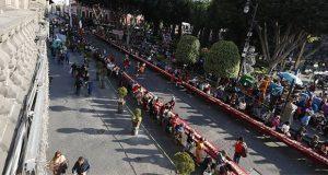 Rivera y poblanos comparten rosca de Reyes de 150 metros en zócalo