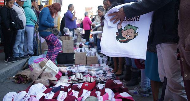 AMLO en Huauchinango: venden souvenirs y joven burla seguridad
