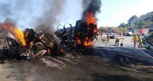 Tráiler vuelca y se incendia en la Puebla-Orizaba