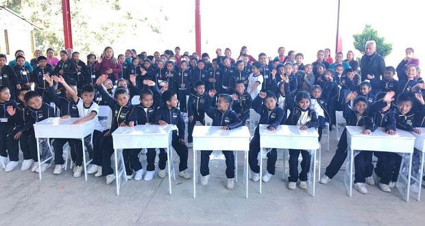 Antorcha entrega mobiliario escolar a primaria en Huauchinango