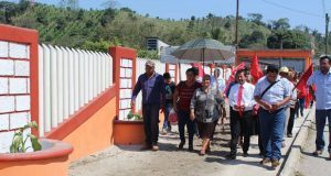 Antorcha inaugura puente y cercado de primaria en Tenampulco