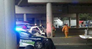 Camioneta choca en la México-Puebla y copiloto muere prensado