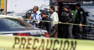 Matan a balazos a 2 hombres en negocio de mofles cerca de Mercado Morelos