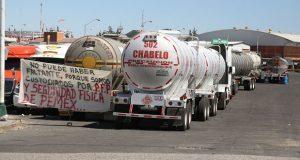 Protestan piperos de combustible por descuentos en su nómina