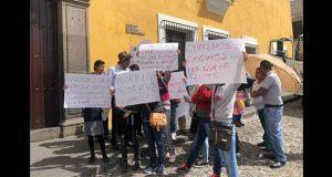 Se manifiestan vecinos de Barranca Honda frente a Casa Aguayo